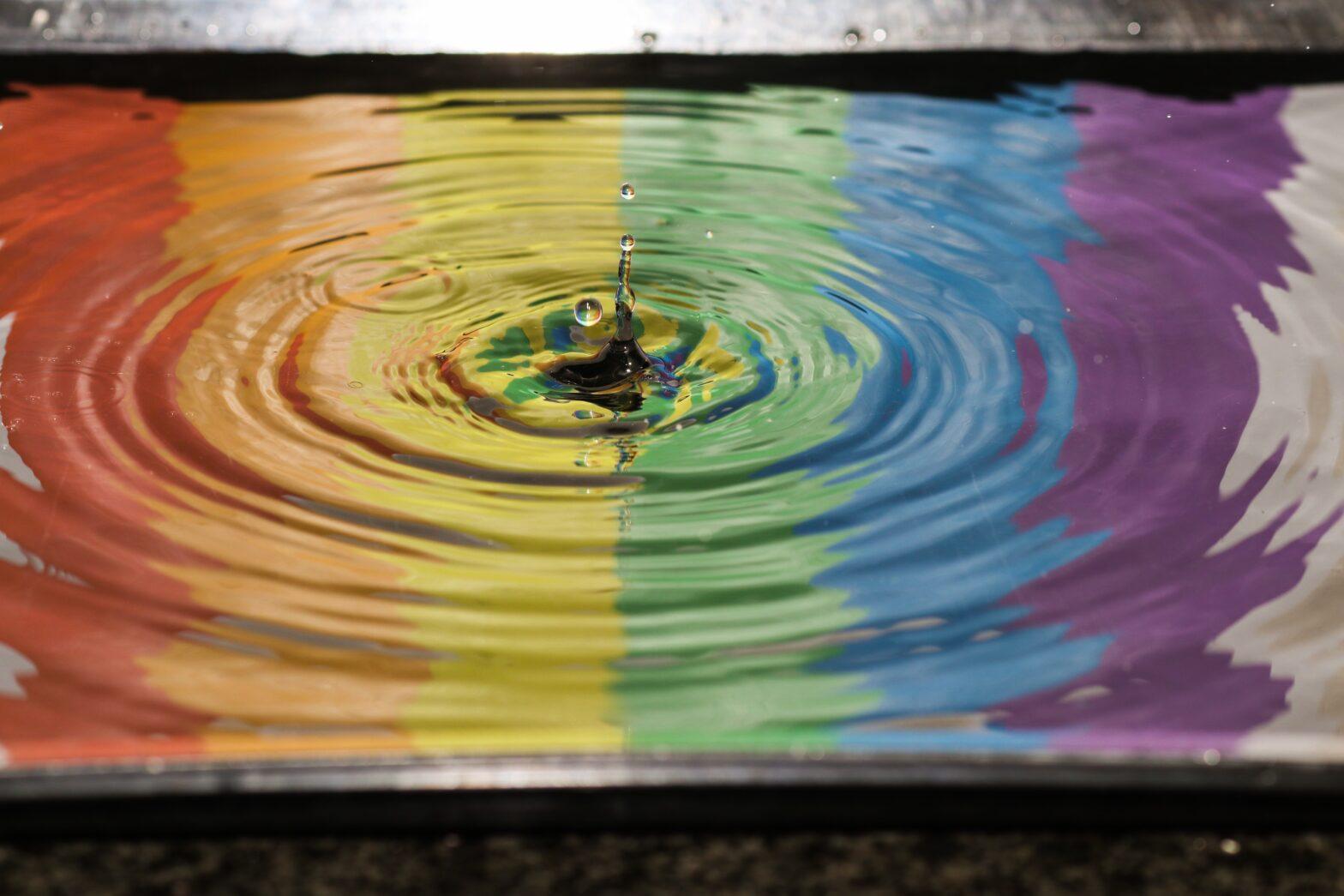 vesilammikko sateenkaaren väreissä